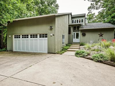Photo for Quiet wooded location, walk to the beach!