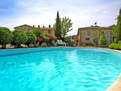 Photo for Beautiful apartment for 4 people with pool, WIFI, TV, pets allowed and parking, close to Arezzo