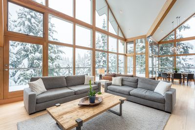 Plenty of natural light thanks to floor to ceiling windows