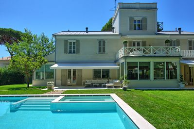 Villa with private pool, a well kept garden and private parkings