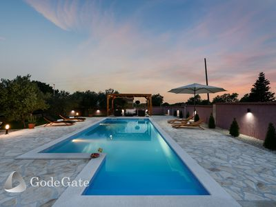 Photo for Large pool, tavern, wi-fi, large garden, privacy, close to the beach