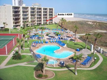 Condo Right on the beach- 3 Pools, 4 tennis Cts