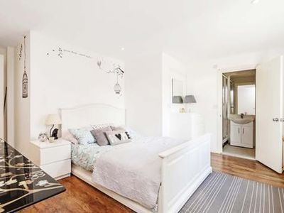 Photo for Beautiful two bedroom maisonette in the centre of Hammersmith