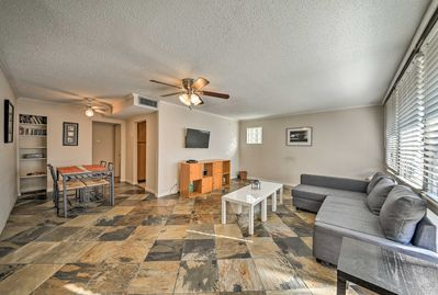 The apartment offers 2 bedrooms, 2 bathrooms and accommodations for 6.