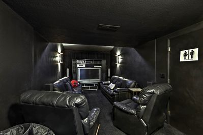 Entertainment room - Flat-screen cable TV - Seating for 6 to 8
