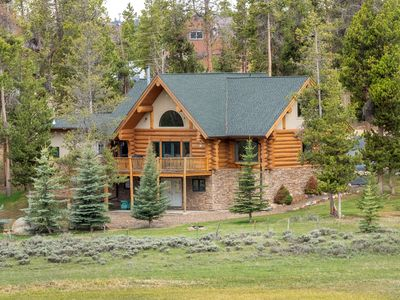 Amazing 5 BDR 3 Bath Log Cabin Close to Lakes, River and RMNP