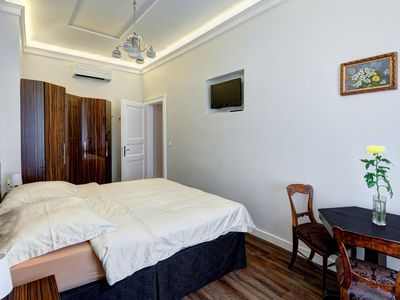 Old Town Luxury Hideaway in Perfect Location with air cond in quiet street