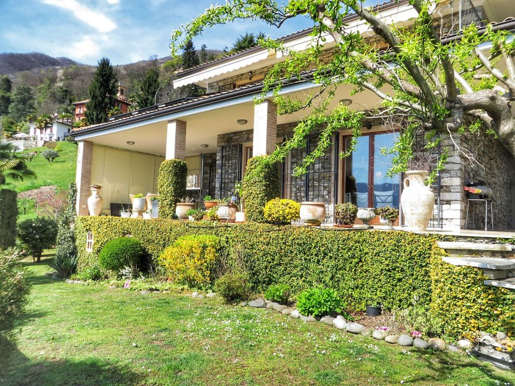 Villa girasole with beautiful lake homeaway oggebbio for Villa a 3 piani