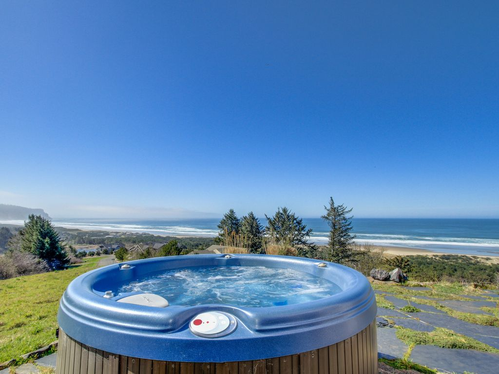 Gorgeous oceanfront home with great views, private hot tub!, Oregon ...