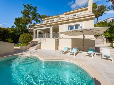 Photo for Charming, newly renovated villa for 6 people with pool and sea views