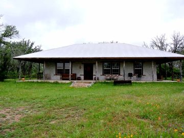 Casa del Pastor is a secluded adobe cabin built in the territorial style.