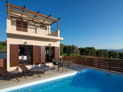 Photo for ★Amazing views & sunsets ★Stylish hideaway w pool