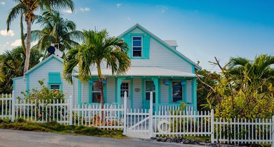 Palm Cottage: 3 Bedroom, 1.5 Bath Historic Cottage, 2 min walk from beach!
