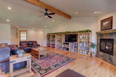 Living room with vaulted ceilings - Welcome to 17051 Upland Road. The most luxurious home at the best price on the Big Deschutes River!