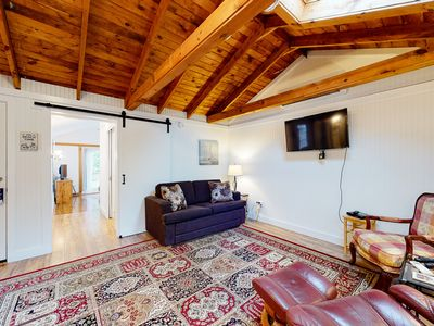 Photo for Lovely cottage w/ cable TV, community pool & hot tub - walk to beach, dogs ok!