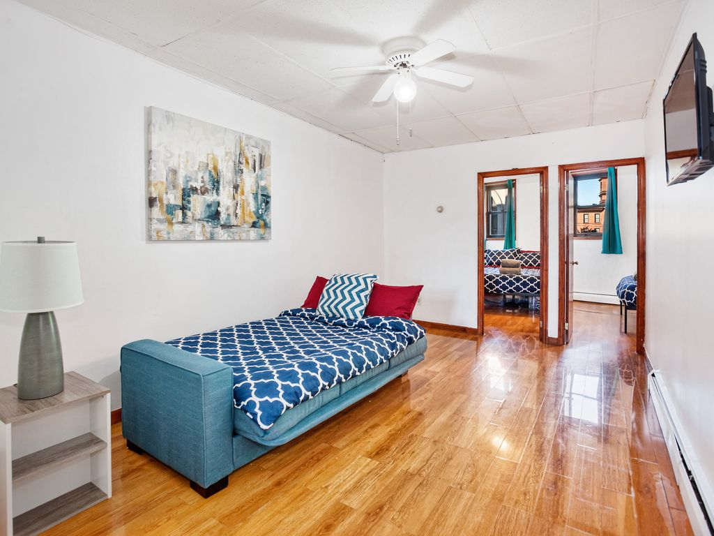 15 minutes to NYC! Lovely 2 Bedroom- Sleeps 6!