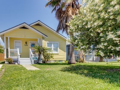 Charming, dog-friendly home w/ patio - short walk to the seawall & beach!