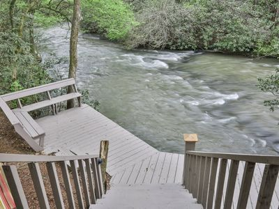 Cool River Dreams on the Ellijay River is your picturesque vacation destination. Pet-friendly.