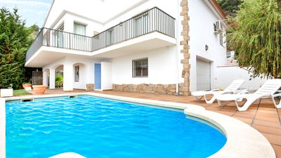 Photo for Beautiful villa with pool and sea views