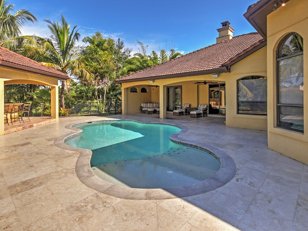 a private luxurious pool tropical trees and a spacious lanai with an outdoor kitchen - Schlafzimmer La Vida