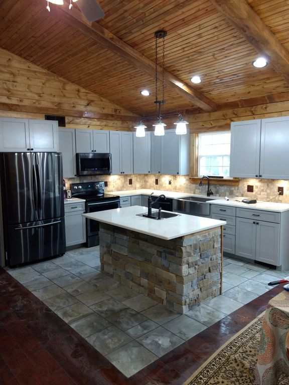 Newly Built Rustic 3 bedroom cabin with a one acre fishing lake!