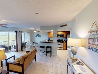 Walk to the beach, from this remodeled condo! Pool, WIFI, restaurants, shopping , free trolley !