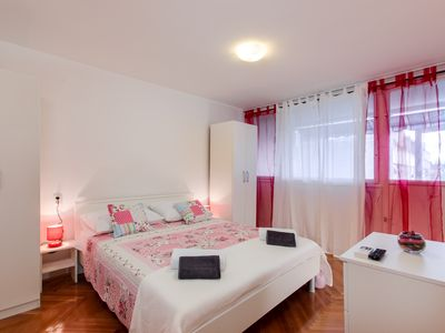 Photo for Apartment for 6 with WI-FI and A / C, 5 minutes walk from the city center '