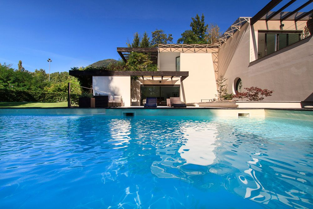 Beautiful contemporary villa with private homeaway for Piscine miroir de luxe
