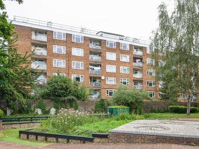Photo for Lovely 2-Bed Apartment w/Balcony nr River Thames