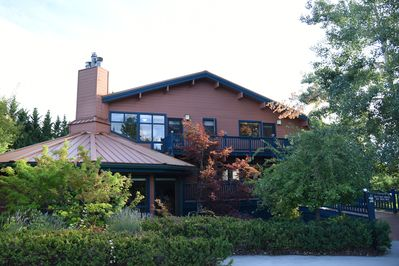 Luxury 4600 sq ft home on the 9th green of Mt Shasta Resort in quiet cul de sac