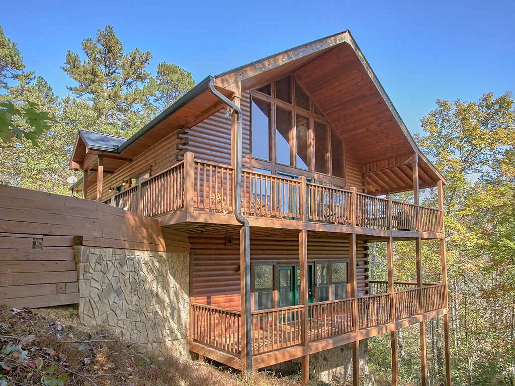 4 bedroom private pool cabin in between gatlinburg Cottages with swimming pools to rent