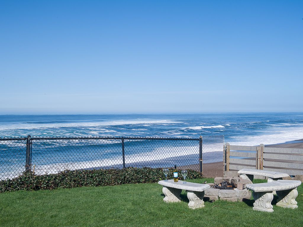 Beautifully Decorated Oceanfront Dream With A Hot Tub In Gleneden Beach