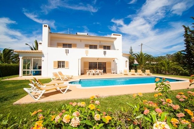 Lovely Gardens paradis: villa in a quiet location with lovely gardens, just