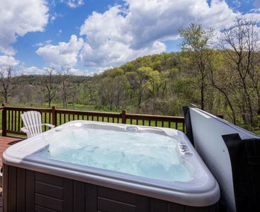 Outdoor Hot Tub available year round! - Outdoor Hot Tub Available Year Round!