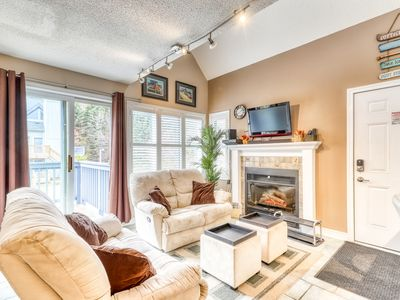 Photo for Walk-to-slope condo w/ fireplace & shared hot tub, pool & tennis!