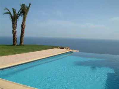 Amazing infinity pool overlooking the sea