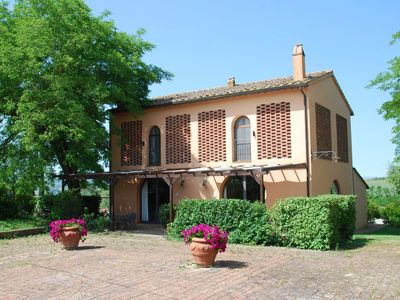 Photo for Cosy apartment in villa with pool, WIFI, TV, patio, panoramic view, parking, close to San Gimignano
