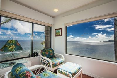 Corner seating area with panoramic views of Pacific and Kauai's North Shore.