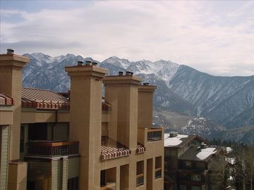 ***Luxurious Slopeside End Unit, with 2 Decks Ski In/ Ski Out Awesome Views ***