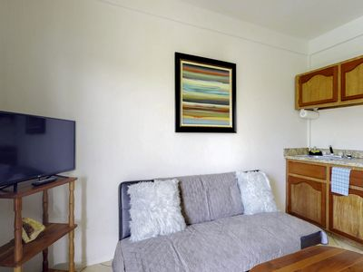Charming condo w/ kayaks, shared grill, lush greenery & rooftop deck!