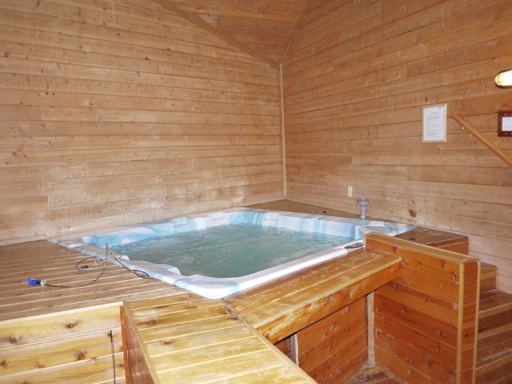 Jacuzzi indoor  3200 sqft cabin: Indoor Jacuzzi, Sauna, Wif... - VRBO