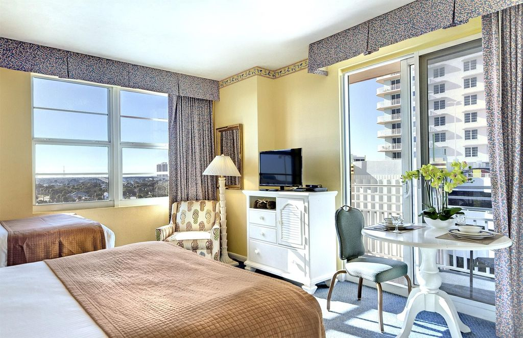 Daytona beach fl studio suite w beach re vrbo for 2 bedroom hotel suites in daytona beach
