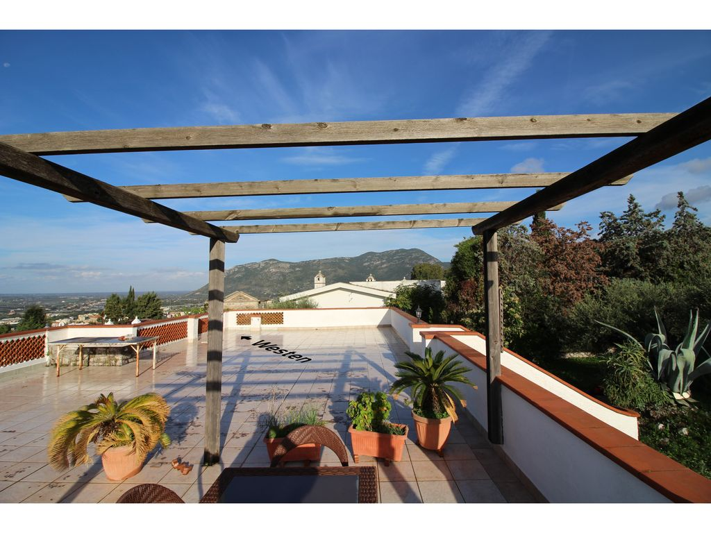 bungalow on a slope with all round and roof terrace in 500sqm