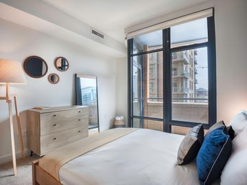 Bright Mt  Vernon 1BR w/ Gym, W/D, 2 Pools, roomy rooftop