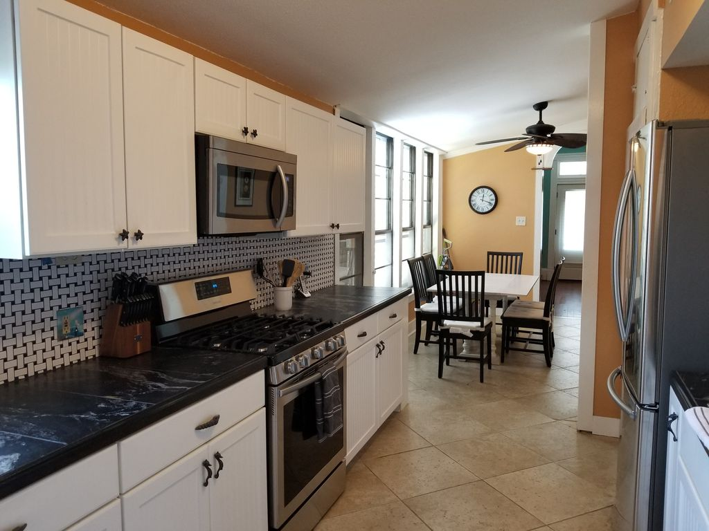 Tropical Charmer- 3BR, 2BA- WiFi, off- street parking