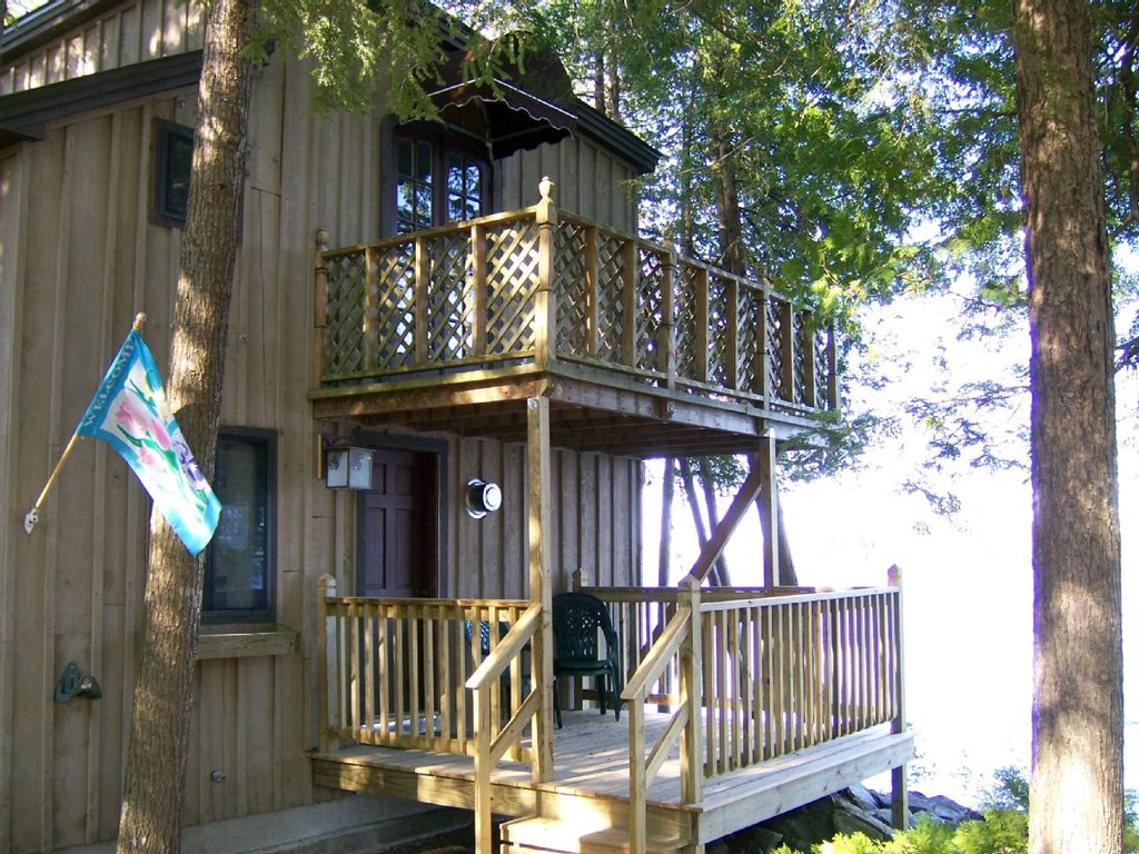 Lakeside camp in maine homeaway for Cabin rentals in maine with hot tub