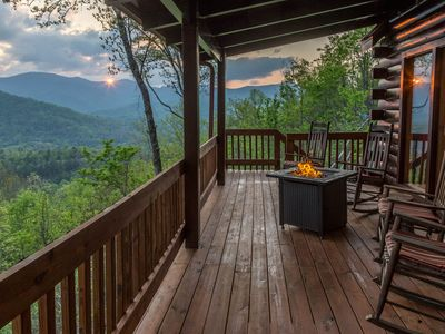 Spacious log cabin with spectacular mountain views - private hot tub & sauna!