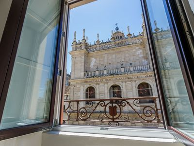 "Photo for ""LIVING BY CATHEDRAL"" 3ºI - IN FRONT OF THE GIRALDA AND CATEDRAL - FREE WIFI AND A / C"