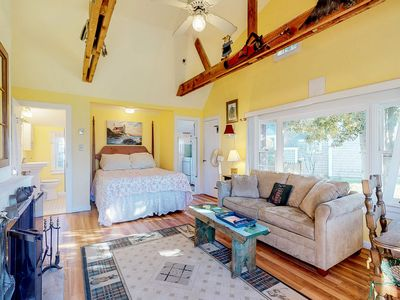 Photo for Oceanfront studio cottage w/fireplace & full kitchen - walk to private beach