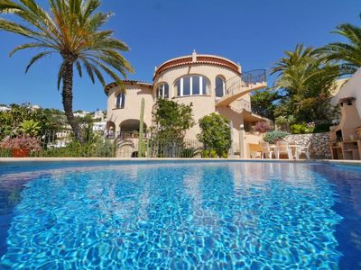 Photo for Villa with enchanting garden and private pool by the sea